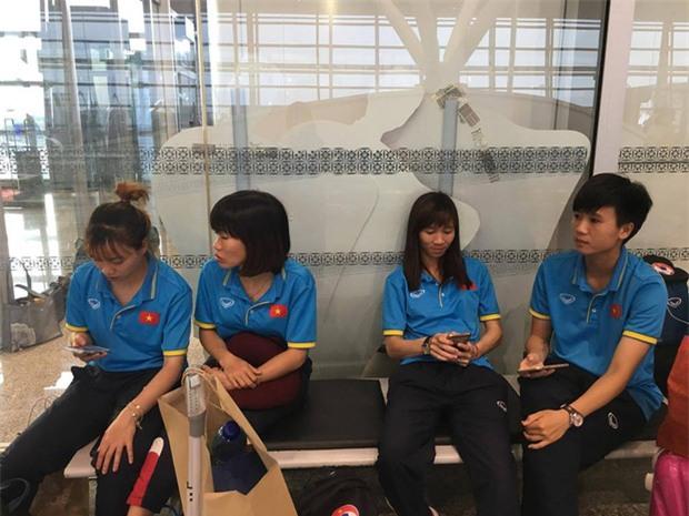 Quá ít người hâm mộ chào đón đội tuyển nữ Việt Nam về nước - Ảnh 1.