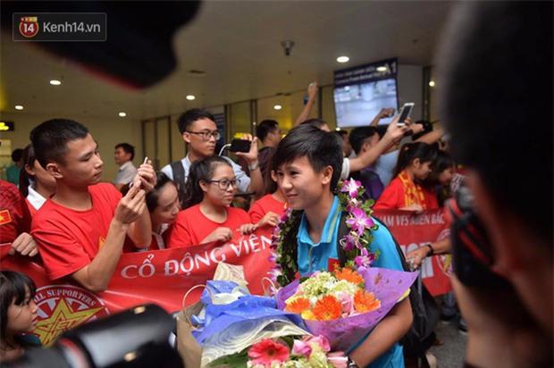 Quá ít người hâm mộ chào đón đội tuyển nữ Việt Nam về nước - Ảnh 10.