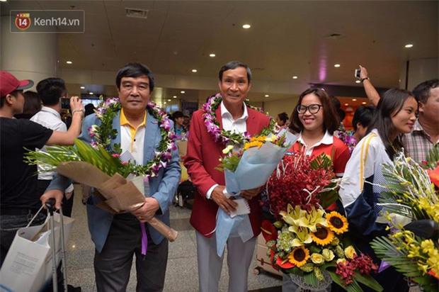 Quá ít người hâm mộ chào đón đội tuyển nữ Việt Nam về nước - Ảnh 11.