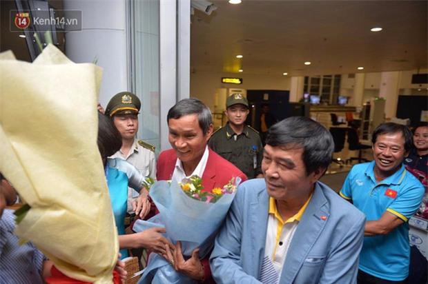 Quá ít người hâm mộ chào đón đội tuyển nữ Việt Nam về nước - Ảnh 13.