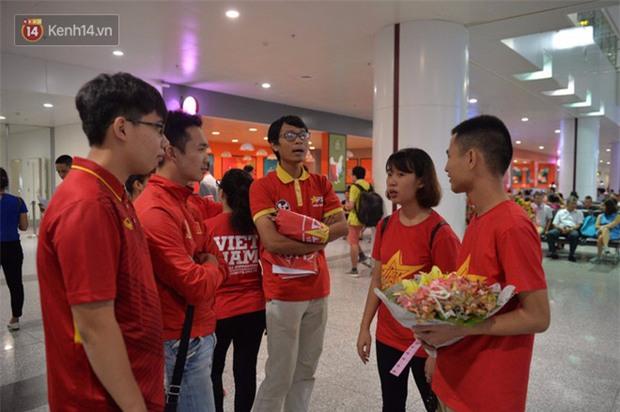Quá ít người hâm mộ chào đón đội tuyển nữ Việt Nam về nước - Ảnh 2.