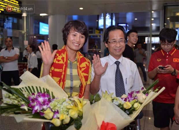 Quá ít người hâm mộ chào đón đội tuyển nữ Việt Nam về nước - Ảnh 4.
