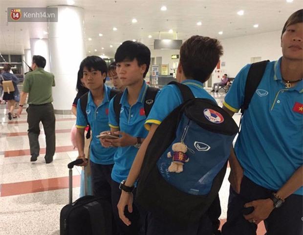 Quá ít người hâm mộ chào đón đội tuyển nữ Việt Nam về nước - Ảnh 6.