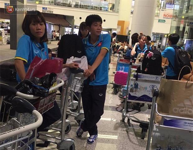 Quá ít người hâm mộ chào đón đội tuyển nữ Việt Nam về nước - Ảnh 8.