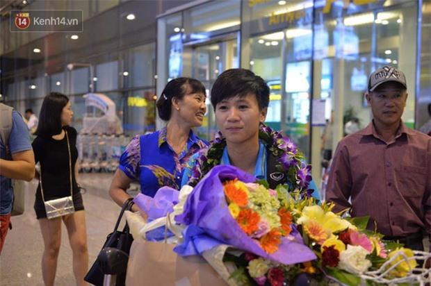 Quá ít người hâm mộ chào đón đội tuyển nữ Việt Nam về nước - Ảnh 9.