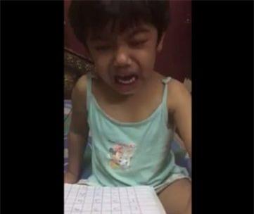 """Bé gái bị tát khi học toán, khóc lóc trong sợ hãi """"xin làm ơn nhẹ tay với con"""" - Ảnh 2."""