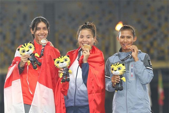 Nguyễn Thị Huyền (giữa) đã có một kỳ SEA Games xuất sắc