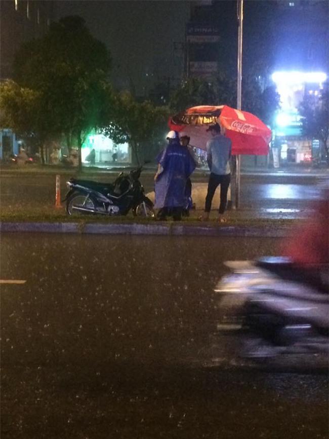 Đêm Sài Gòn mưa lớn và câu chuyện về người đàn ông đi SH khiến bao trái tim thổn thức - Ảnh 1.