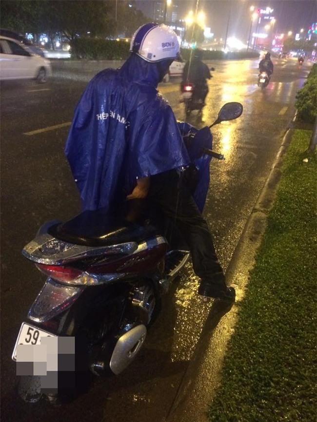 Đêm Sài Gòn mưa lớn và câu chuyện về người đàn ông đi SH khiến bao trái tim thổn thức - Ảnh 2.