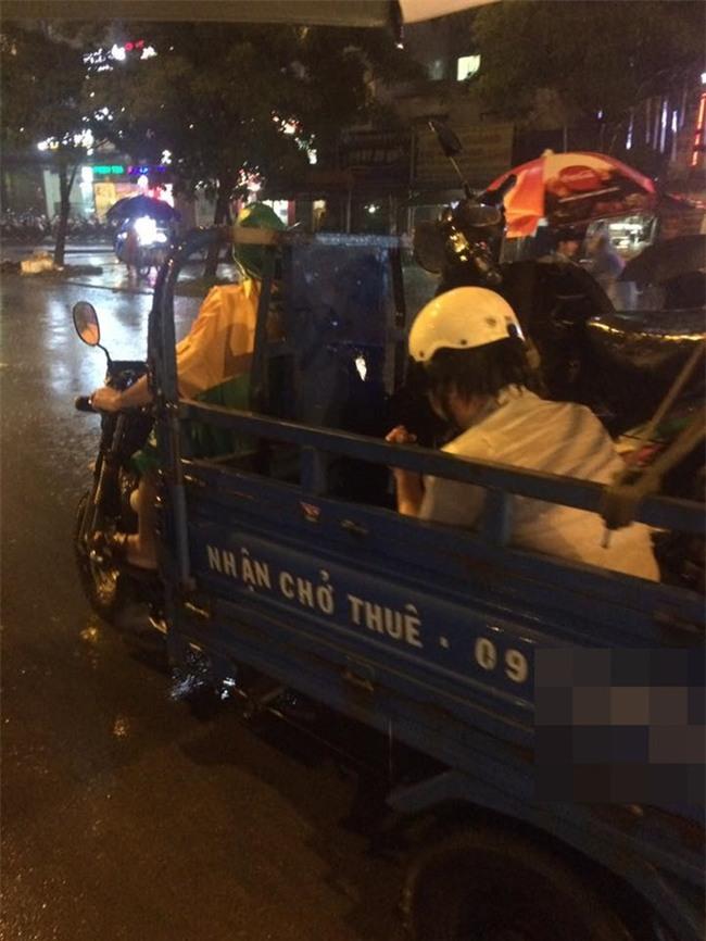 Đêm Sài Gòn mưa lớn và câu chuyện về người đàn ông đi SH khiến bao trái tim thổn thức - Ảnh 3.