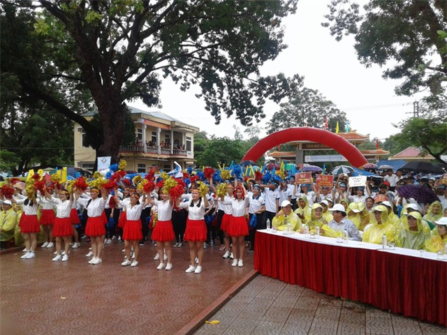 Tại Quảng Trị, trời bất ngờ đổ mưa nhưng không vì thế làm giảm bầu nhiệt huyết của các bạn học sinh cổ vũ cho Nhật Minh.