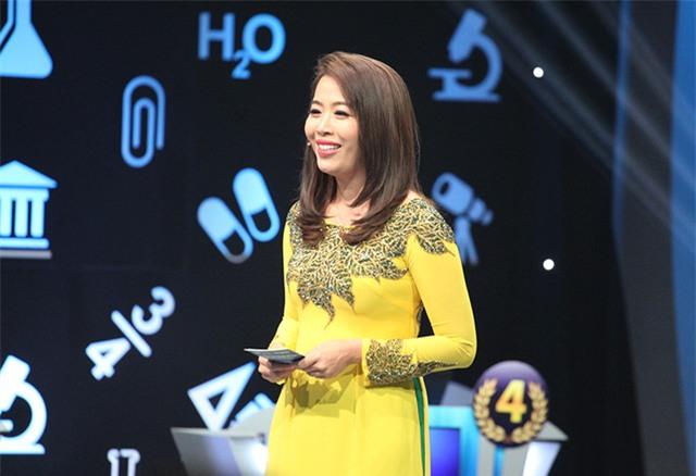 Nữ MC Diệp Chi dẫn chương trình tại trường quay S14