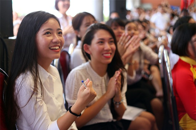 Cô Phan Hồng Anh và các học sinh Ams phấn khích khi Huy Hoàng giành thành công điểm từ Quốc Long