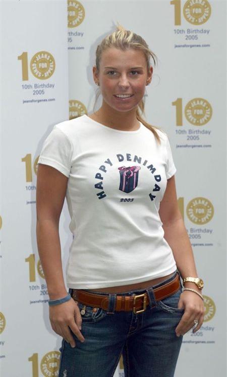 Hồi năm 2005, Coleen Mary McLoughlin lần đầu được công chúng biết đến tới tư cách là bạn gái của Wayne Rooney. Khi ấy, Coleen vẫn là một cô thiếu nữ hồn nhiên, ngây thơ và ưa chuộng phong cách thời trang áo phông, quần jean trẻ trung.
