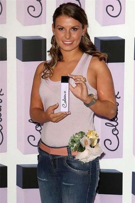 """Hai năm sau, bạn gái của Rooney đã đầu tư cho ra mắt một sản phẩm nước hoa mang tên mình. Tuy vậy, loại nước hoa này bị đánh giá thấp và trở thành một hit """"xịt"""" trên thị trường."""