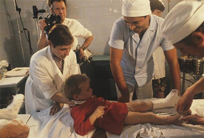 Cả êkip mổ từ bỏ nhưng bé gái từng bị bố vô tình cắt đứt lìa bàn chân vẫn chạy nhảy được nhờ một người - Ảnh 2.