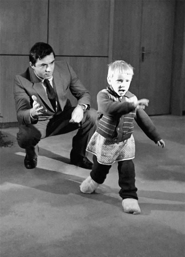 Cả êkip mổ từ bỏ nhưng bé gái từng bị bố vô tình cắt đứt lìa bàn chân vẫn chạy nhảy được nhờ một người - Ảnh 4.