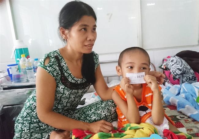 Người mẹ bất lực nhìn con trai 5 tuổi phải cắt thực quản, nửa người bị liệt hoàn toàn - Ảnh 1.