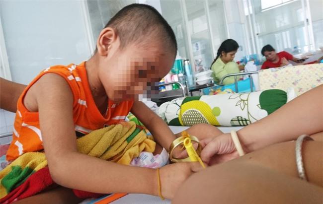 Người mẹ bất lực nhìn con trai 5 tuổi phải cắt thực quản, nửa người bị liệt hoàn toàn - Ảnh 4.