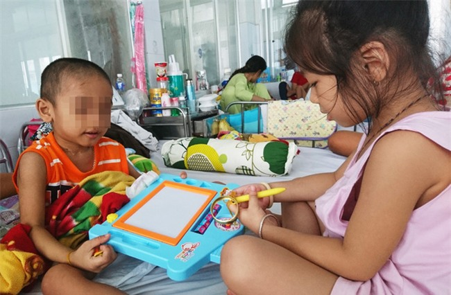 Người mẹ bất lực nhìn con trai 5 tuổi phải cắt thực quản, nửa người bị liệt hoàn toàn - Ảnh 5.