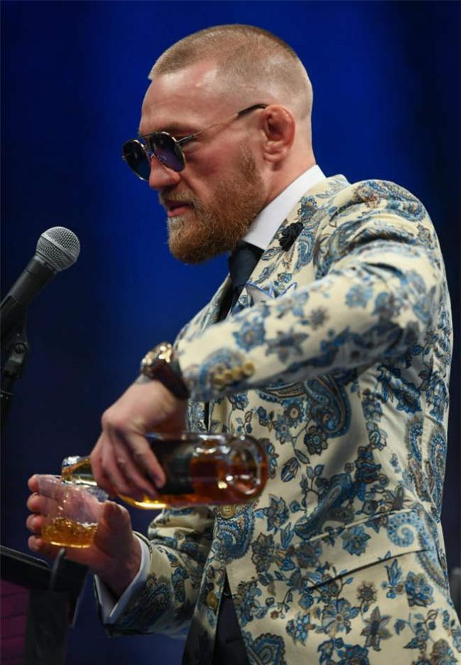 McGregor nốc rượu giải sầu, Mayweather vui vẻ bên dàn mỹ nữ - 2