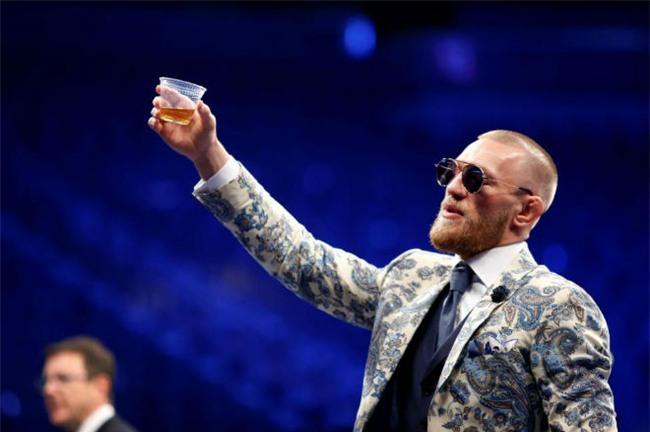 McGregor nốc rượu giải sầu, Mayweather vui vẻ bên dàn mỹ nữ - 3