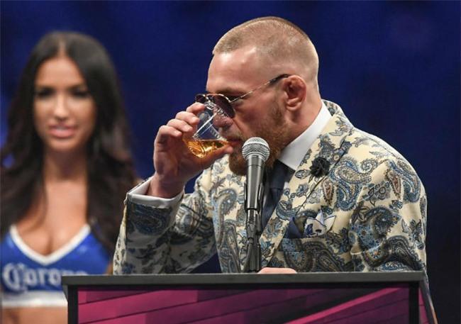 McGregor nốc rượu giải sầu, Mayweather vui vẻ bên dàn mỹ nữ - 4