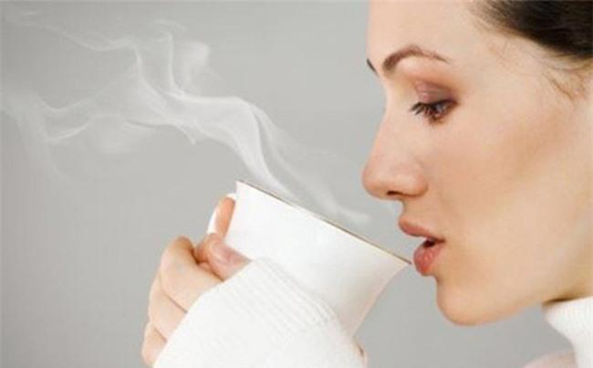 Y học cổ truyền Ấn Độ khuyên bạn uống nước ấm thay cho nước lạnh, đây là lý do