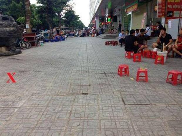 Hà Nội: Dao thớt từ chung cư Linh Đàm rơi thẳng xuống đất, suýt trúng đầu người dân - Ảnh 3.