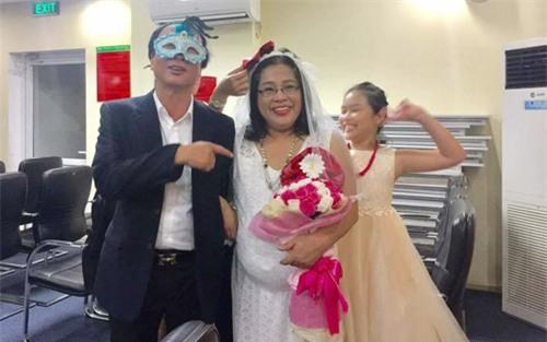Tiến sĩ đóng giả cô dâu vác bụng bầu quẩy tưng bừng trong ngày lễ về hưu khiến dân mạng phát sốt-3