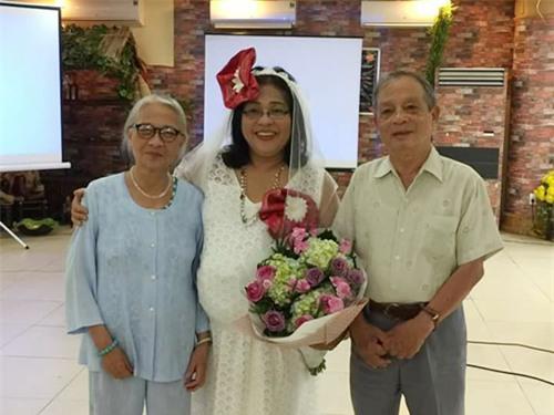 Tiến sĩ đóng giả cô dâu vác bụng bầu quẩy tưng bừng trong ngày lễ về hưu khiến dân mạng phát sốt-4