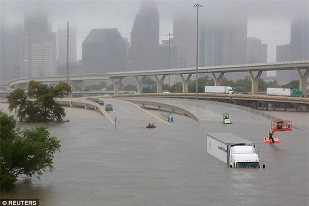 Nhà ngập trong biển nước sau siêu bão Harvey, 2 cha con ở Houston vẫn lạc quan bắt cá - Ảnh 3.