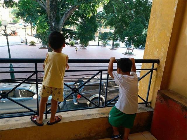 """an gi cung khong beo, di kham phat hien trong co the be trai 4 tuoi co """"sinh vat la"""" - 1"""