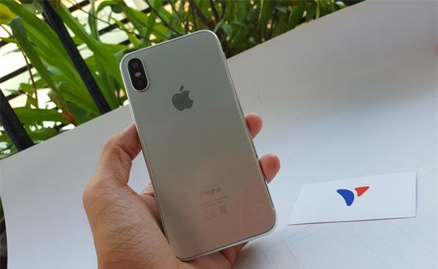Trang thông tin của nhà bán lẻ trên bất ngờ tung bộ ảnh cận cảnh iPhone 8 mô hình tại Việt Nam. Mô hình này có màu bạc khá đẹp mắt nhờ vào lớp kính cường lực, thay vì kim loại như các thế hệ trước. Theo chia sẻ từ nhà bán lẻ này, bản mô hình này gần như chính xác 80 đến 90% so với các tin đồn gần đây về thiết kế của iPhone 8.