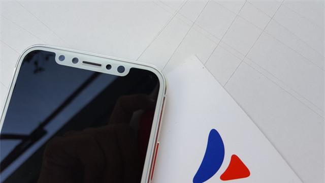 Bên cạnh camera, có thêm một cảm biến khác, dự đoán đó sẽ là cảm biến mống mắt. Một tính năng lần đầu tiên xuất hiện trên iPhone mới, thay thế cho cảm biến vân tay.