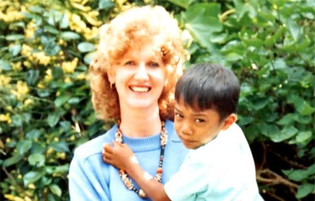 Lạc mẹ ngay giữa chợ, cậu bé 5 tuổi gặp được một người tài xế và cuộc đời em thay đổi từ đây - Ảnh 4.