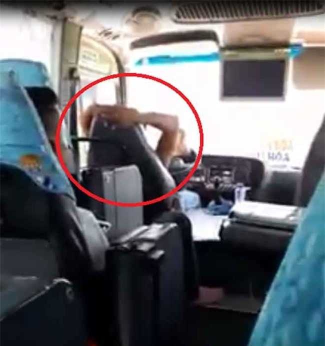 "clip: tai xe xe khach khoanh hai tay sau gay, lai xe ""nhu bay"" tren pho hinh anh 1"