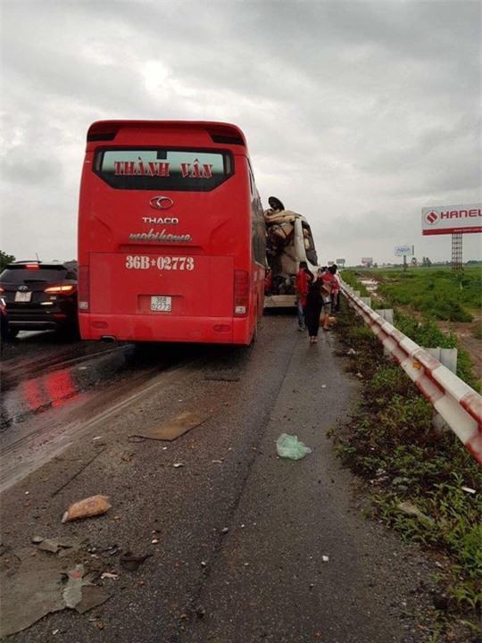 3 xe tông nhau, nhiều người bị thương trên cao tốc Pháp Vân-Cầu Giẽ - Ảnh 2.
