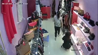 Clip gây bức xúc: Cô gái xinh đẹp đánh lạc hướng nhân viên bán hàng để lấy trộm chai nước hoa - Ảnh 3.