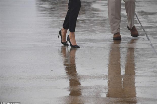 Đi giày cao gót tới thăm Texas sau siêu bão Harvey, Đệ nhất phu nhân Melania Trump gây xôn xao dư luận - Ảnh 3.