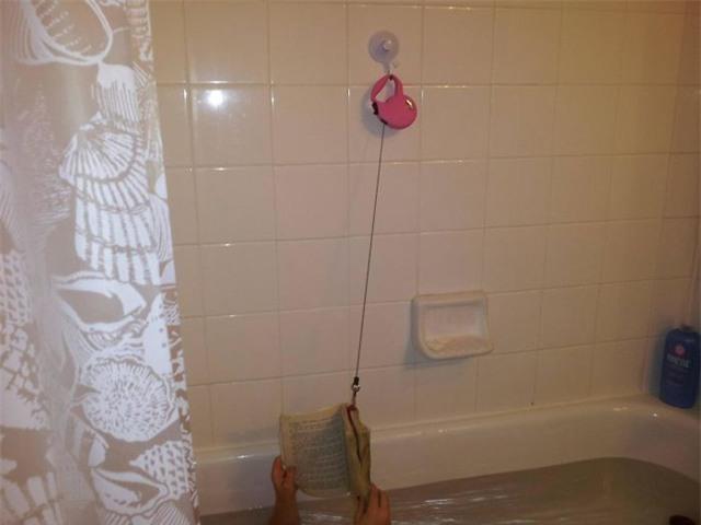 Người ta thường đánh rơi sách xuống sàn ướt trong nhà vệ sinh. Nhưng đây là cách lũ trẻ nghĩ ra để khắc phục tình trạng này