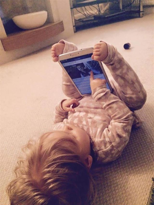 Cậu bé có tư thế giữ iPad một cách không thể hoàn hảo hơn.