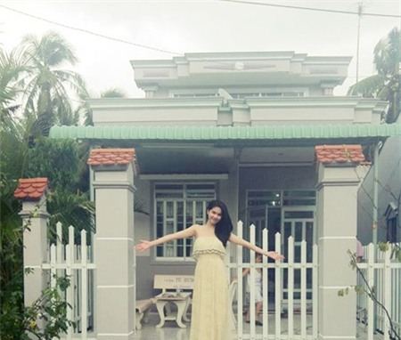 Sau nhiều năm, Ngọc Trinh không chỉ trả nợ cho gia đình mà còn xây tặng bố mẹ một căn nhà khang trang. - Tin sao Viet - Tin tuc sao Viet - Scandal sao Viet - Tin tuc cua Sao - Tin cua Sao
