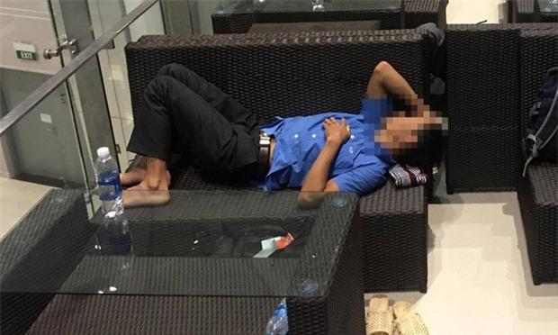 Mở tung nhà vệ sinh sân bay gọi khách ngủ quên - Ảnh 1.