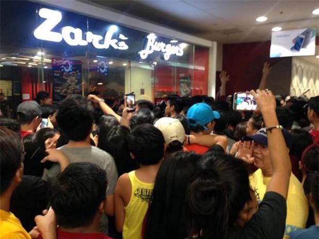 Video: Hàng trăm người chen lấn mua bánh kẹp giá sốc tại Philippines - Ảnh 2.