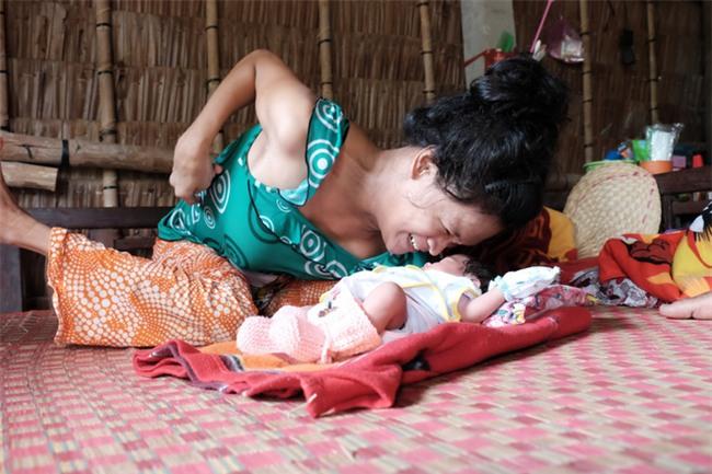Nhìn cách người mẹ điên chăm sóc con gái sơ sinh 15 ngày tuổi ai cũng xúc động vì tình mẫu tử - Ảnh 11.