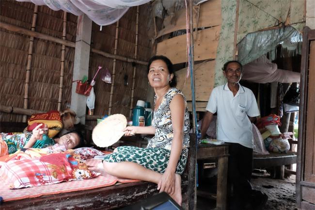 Nhìn cách người mẹ điên chăm sóc con gái sơ sinh 15 ngày tuổi ai cũng xúc động vì tình mẫu tử - Ảnh 2.
