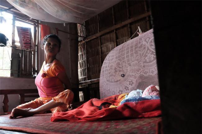 Nhìn cách người mẹ điên chăm sóc con gái sơ sinh 15 ngày tuổi ai cũng xúc động vì tình mẫu tử - Ảnh 20.