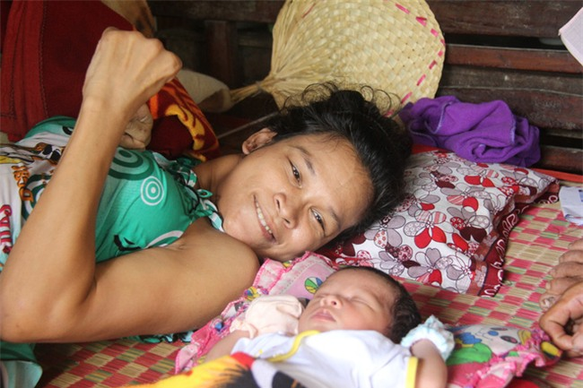 Nhìn cách người mẹ điên chăm sóc con gái sơ sinh 15 ngày tuổi ai cũng xúc động vì tình mẫu tử - Ảnh 4.