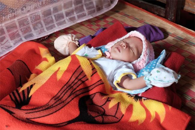 Nhìn cách người mẹ điên chăm sóc con gái sơ sinh 15 ngày tuổi ai cũng xúc động vì tình mẫu tử - Ảnh 7.